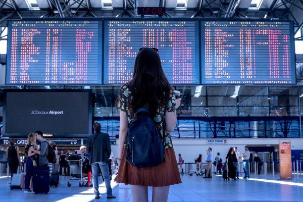 Na lotnisku (am Flughafen) – słownictwo niemieckie i praktyczny poradnik.